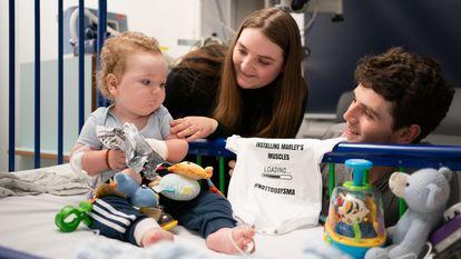 Rosie-Mae Walton y Wes Powell con su hijo  Marley que recibio este septiembre el tratamiento de Zolgensma.
