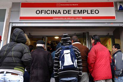 Un grupo de parados espera su turno para entrar en una oficina de empleo de la Comunidad de Madrid.