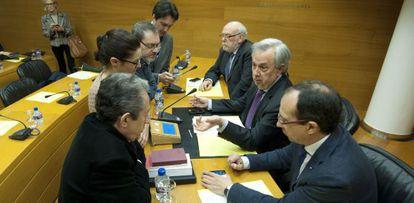 Los diputados de los grupos hablan con el presidente de la comisión, Rafael Maluenda