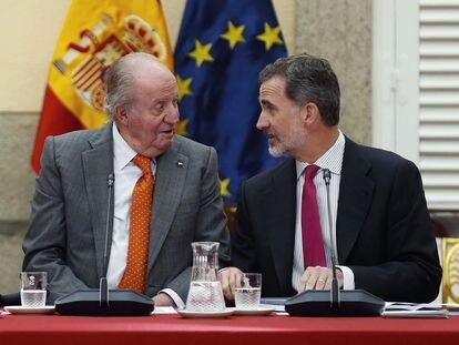El rey Felipe VI, junto a su padre, el rey emérito Juan Carlos I, durante la reunión del patronato de la Fundación Cotec en 2019.