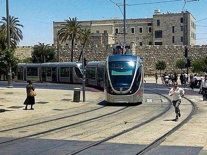 Imagen del tranvía actualmente en servicio a su paso por el centro histórico de Jerusalén.