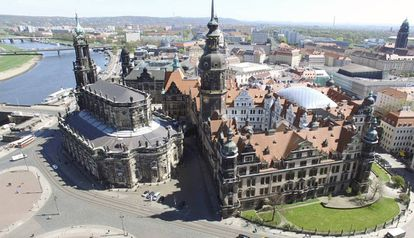 La catedral de la Santísima Trinidad (Hofkirche) y el palacio Real (Residenzschloss) de Dresde, a la orilla del Elba.