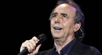 Serrat, durante un concierto en Barcelona en 2010