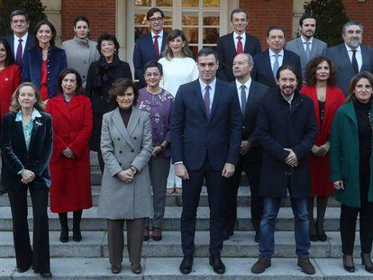 El presidente del Gobierno, Pedro Sánchez, posa con su nuevo Ejecutivo.