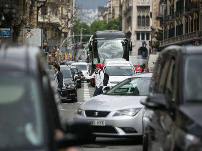 Peatones y vehículos circulan por la Via Laietana de Barcelona