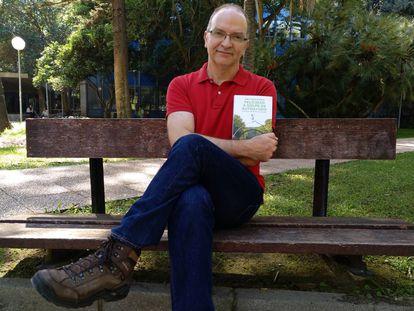 Juan Carlos Siurana posa con su libro en la Facultad de Filosofía y Ciencias de la Educación de la Universidad de Valencia.
