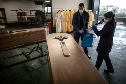 Trabajadores del tanatorio de la M-30, en Madrid, desinfectan féretros de víctimas de coronavirus, el pasado 30 de marzo.