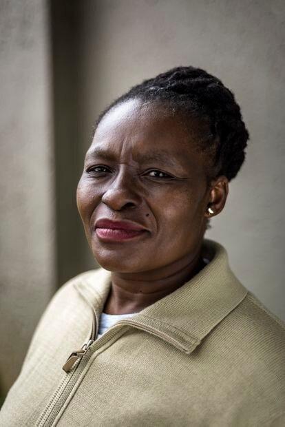 Sibongile Thsabalala, 44 años, de Johannesburgo. Diagnosticada en 2000, pasó de no tener ninguna información y de que no quisieran tratarla ni explicarle su estatus, de estar al borde de la muerte sin acceso a antiretrovirales, a ser la actual presidenta de la TAC (Treatment Action Campaign) plataforma histórica en la lucha por medicamentos ARV para VIH positivos en Sudáfrica.