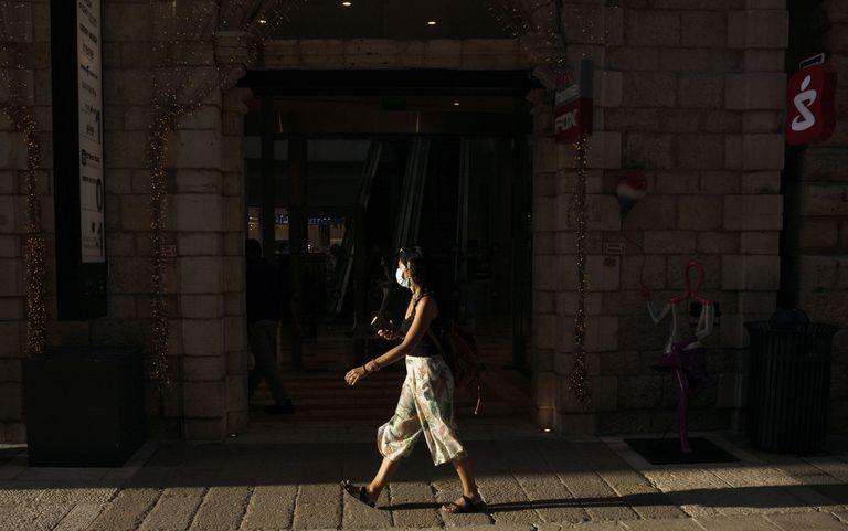 Una mujer camina por el centro de Jerusalén, el 12 de mayo.