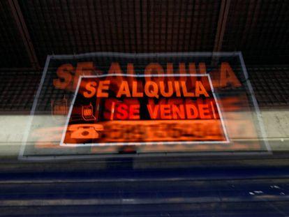 Carteles de 'se alquila' y 'se vende', en Madrid.