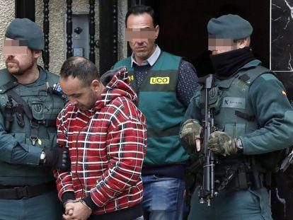 La Guardia civil, este martes con uno de los detenidos por el asesinato de Javier Ardines. En vídeo, el registro de la casa del presunto autor intelectual del crimen.
