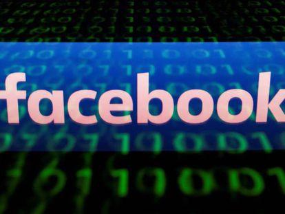 Logotipo de Facebook reflejado en una pantalla con información binaria.