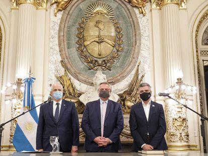 Alberto Fernández, presidente de Argentina, acompañado de los dos nuevos ministros Jorge Taiana y Juan Zabaleta en Buenos Aires.