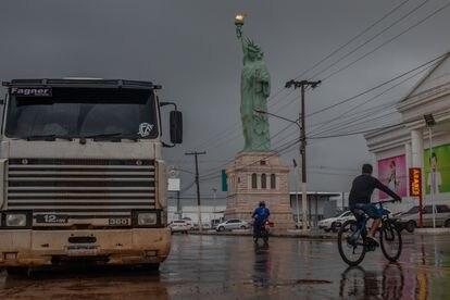 Una réplica de la Estatua de la Libertad de Nueva York a las puertas de unos grandes almacenes en Sinop, en el Estado de Mato Grosso.  Son una seña de identidad de la cadena Havan, de un amigo de Bolsonaro.