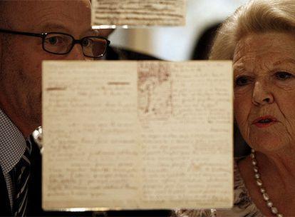La reina Beatriz observa una carta manuscrita de Vincent van Gogh en el museo dedicado al artista en Amsterdam.