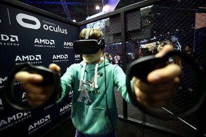 Un niño prueba un videojuego en una feria tecnológica.