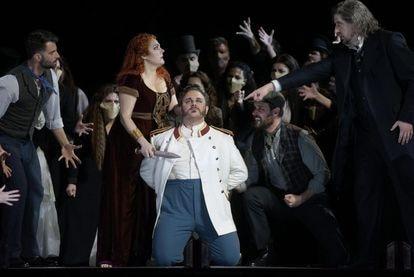 Norma (Yolanda Auyanet ) amenaza con matar a Pollione (Michael Spyres) en presencia de su padre, Oroveso (Roberto Tagliavini).