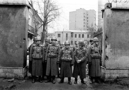 Soldados soviéticos en el bulevard Zúbovski, de Moscú, en 1990m esperando el paso de unos 300.000 participantes en una de las manifestaciones más grandes de la oposición democrática.