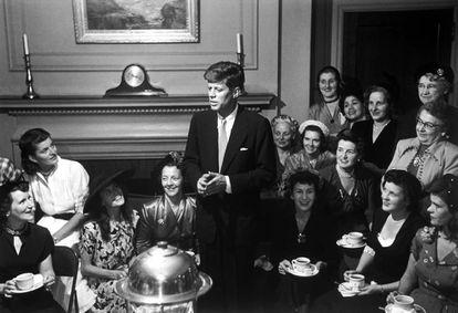 John F. Kennedy durante una fiesta del té celebrada por un grupo de mujeres simpatizantes en 1952.