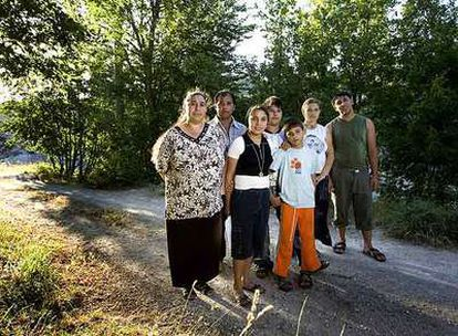 Toda la familia Covaciu, con Rebecca -tercera por la izquierda-, se reúne cerca de la casa en la que se refugia al sur de Italia.