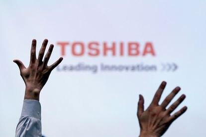 Periodistas levantan la mano en la ronda de preguntas en una conferencia de Toshiba en junio de 2017.
