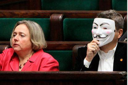 Un parlamentario polaco se coloca una máscara de Anonymous en protesta por la ratificación del tratado ACTA.