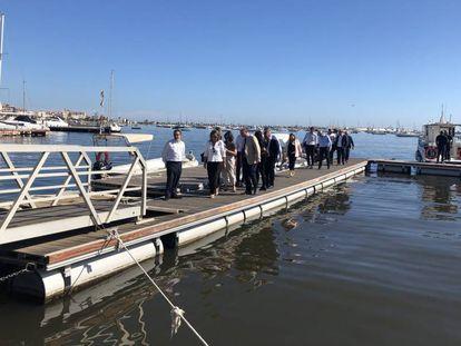 La ministra Teresa Ribera visita el Mar Menor el pasado día 16, tras la aparición de miles de peces muertos.