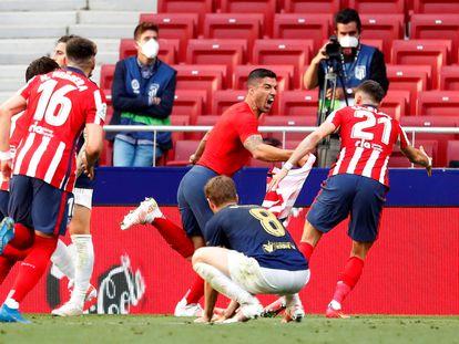 Los jugadores del Atlético celebran el gol de Luis Suárez ante Osasuna este domingo en el Wanda Metropolitano.