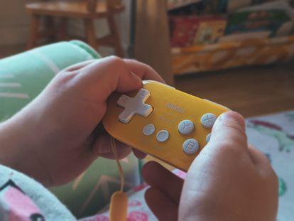 Un adolescente juega en el salón de su casa.