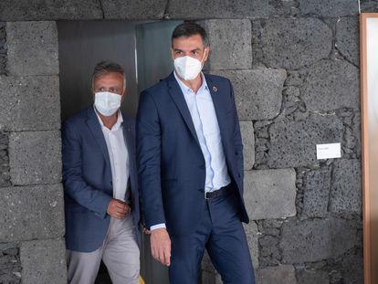 El presidente del Gobierno, Pedro Sánchez (a la derecha de la imagen), durante su visita al Castillo de San José, en Arrecife (Lanzarote), donde este miércoles recibió al presidente de Canarias, Ángel Víctor Torres (a la izquierda), para repasar los asuntos pendientes entre ambas administraciones.
