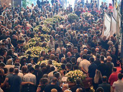 Miles de personas asisten al fueneral de Estado por las víctimas del derrumbe de un viaducto celebrado este sábado en Génova.