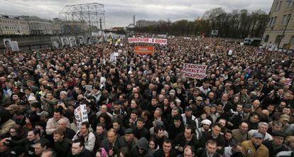 Miles de rusos se manifiestan en Moscú este lunes.