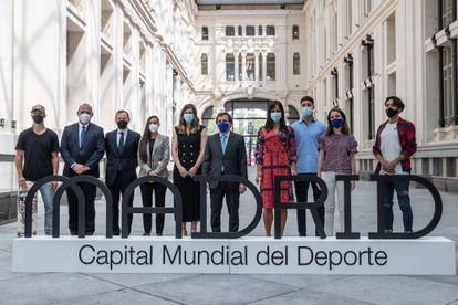 El alcalde de Madrid, José Luis Martínez-Almeida (sexto desde la izquierda), y la vicealcaldesa, Begoña Villacís (séptima), posan para una foto de familia durante la presentación de los embajadores de Madrid como Capital Mundial del Deporte 2022, este jueves, en el Palacio de Cibeles.