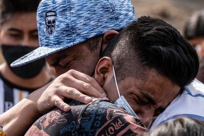 Familiares de Angélica Segura la despiden en el panteón municipal de Valle de Chalco, Estado de México, el pasado 6 de mayo.