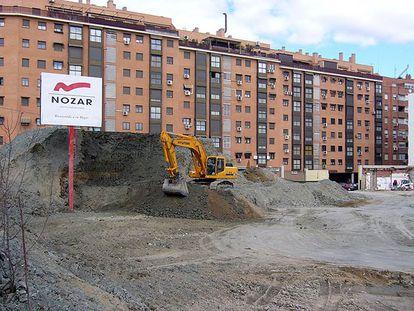 Cartel de Nozar ante las obras de soterramiento de la M-30, en Madrid.