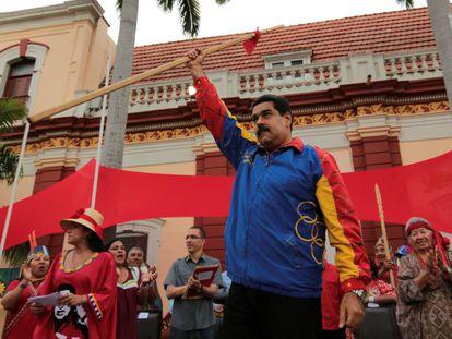 Maduro apoyado por sus seguidores, el jueves en Caracas