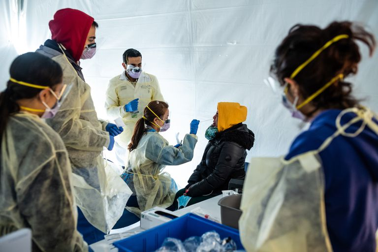Doctores toman muestras del personal sanitario en el hospital de Nueva York, el epicentro de la pandemia de Covid-19 en EE UU.