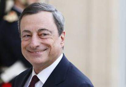 El presidente del BCE, Mario Draghi sonríe a su llegada ayer al palacio del Elíseo en París, Francia, para reunirse con el presidente francés François Hollande y consejeros de los bancos centrales europeos.