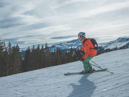 Una chaqueta, un pantalón y unos guantes son prendas indispensables en la práctica del esquí y otros deportes de nieve.