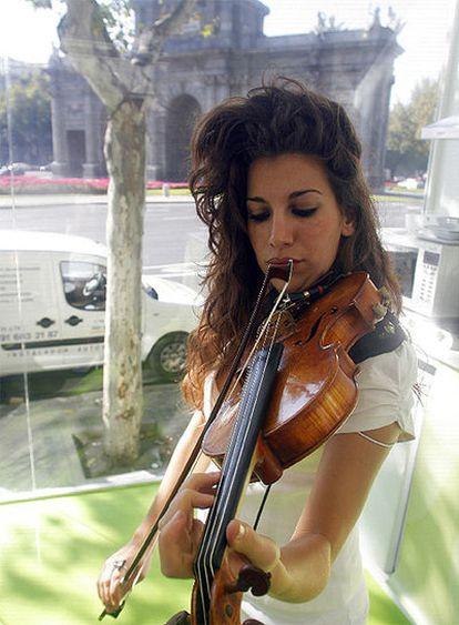 Patricia Argüelles toca su instrumento minutos después de iniciar su encierro.