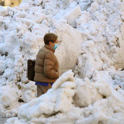 Acumulación de nieve en la calle Alcalá, en Madrid.