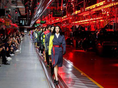 La modelo Mariacarla Boscono encabeza el desfile de Ferrari en Maranello, Italia, el 13 de junio de 2021.