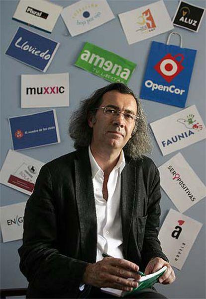 Fernando Beltrán, delante de algunos de los nombres creados por él para diferentes empresas.