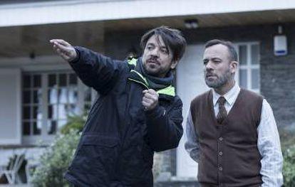 Oriol Paulo, con Javier Gutiérrez en el rodaje de 'Durante la tormenta'.