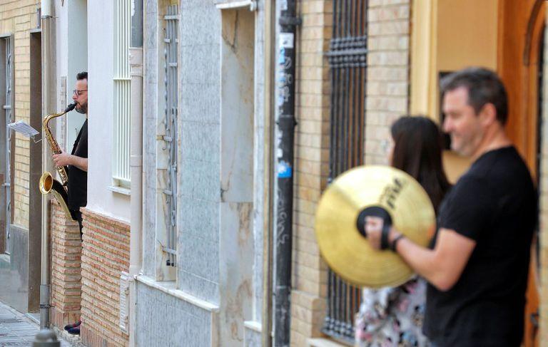Varios músicos tocan a las puertas de sus casas en el barrio de Benimaclet de Valéncia.