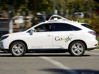 Modelo de coche autoconducido frente a la sede de Google en California.
