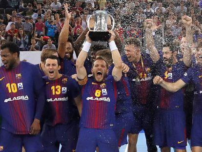 Víctor Tomàs levanta la Copa del Rey.