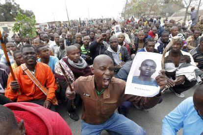 Mineros durante una manifestación pedir una subida de sus salarios, en Marikana, Sudáfrica, el miércoles pasado.