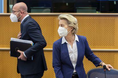 La presidenta de la Comisión Europea, Ursula von der Leyen, y el jefe del Consejo Europeo, Charles Michel, en el Parlamento Europeo este martes.