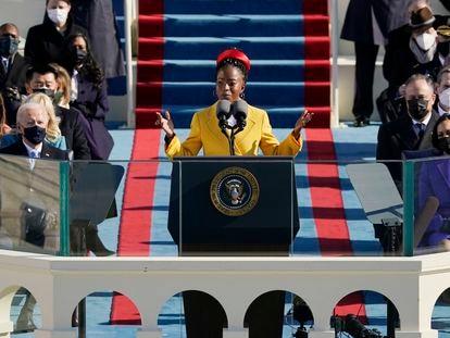 La poetisa Amanda Gorman lee un poema en la toma de posesión de Joe Biden como presidente de los Estados Unidos.